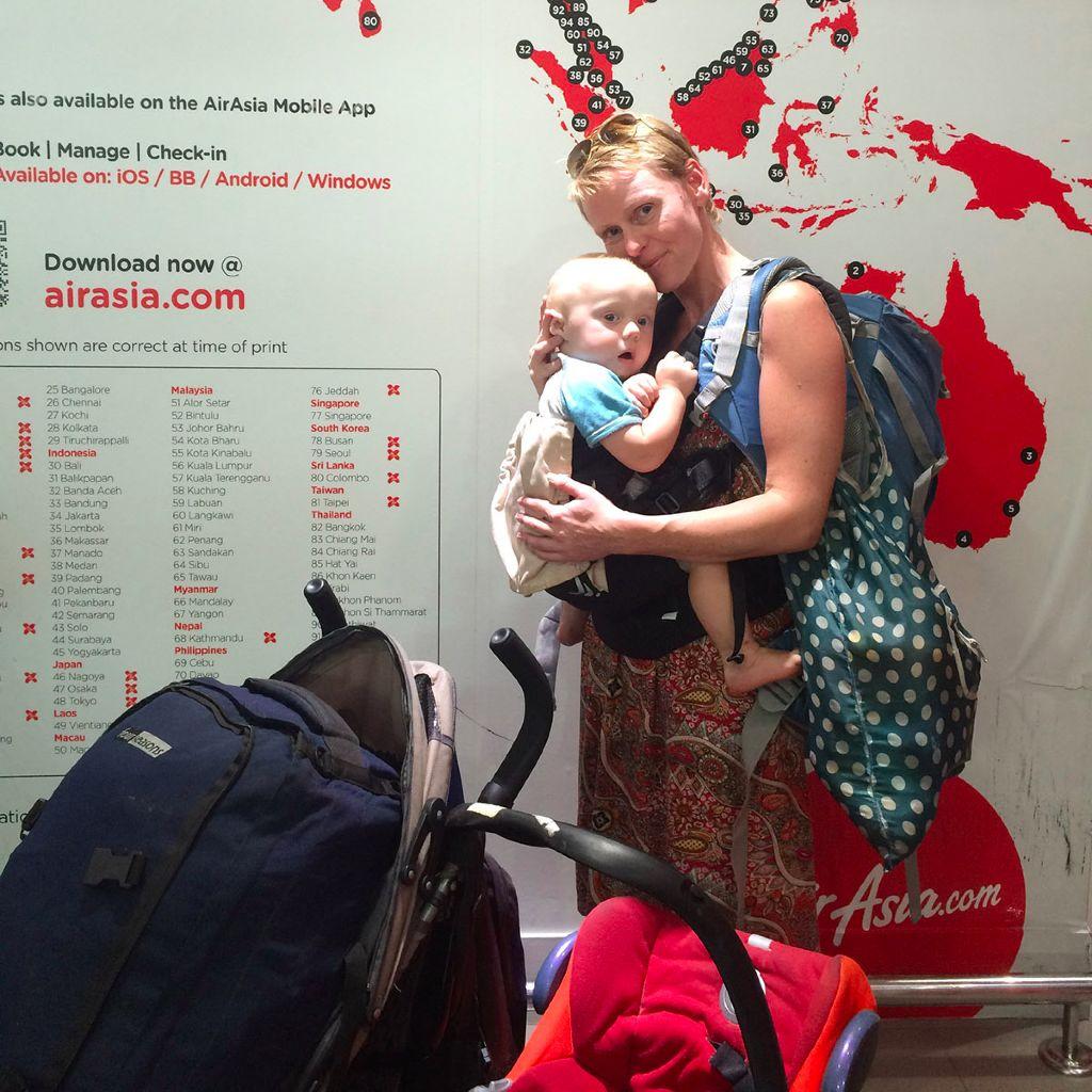 Alleine mit einem Baby fliegen kann zwar anstrengend sein – aber ist durchaus machbar