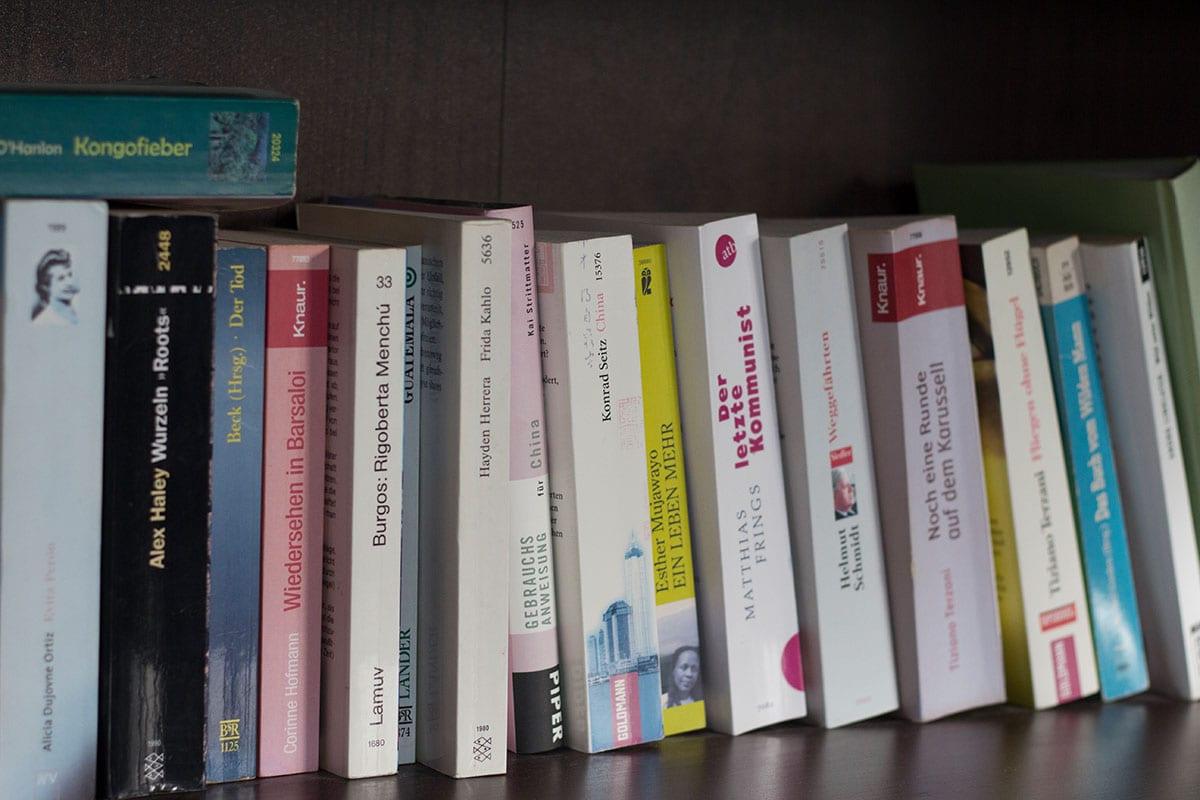 Ausmisten Challenge – ein vollgestopftes Bücherregal sieht oft sehr unordentlich aus
