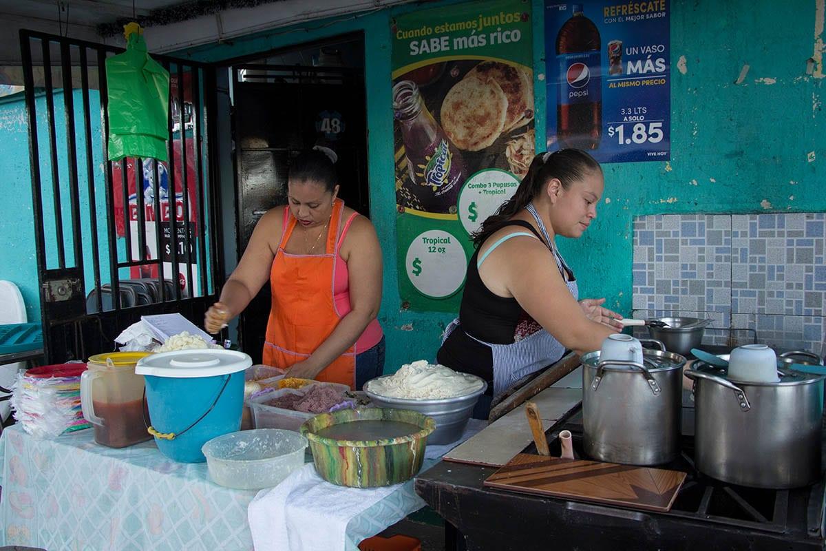El salvador Urlaub – Straßenstand mit Pupusas in Santa Ana