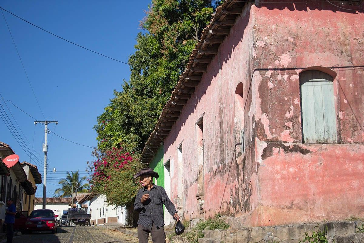 El Salvador Sehenswürdigkeiten & Highlights – eine Straße in Suchitoto
