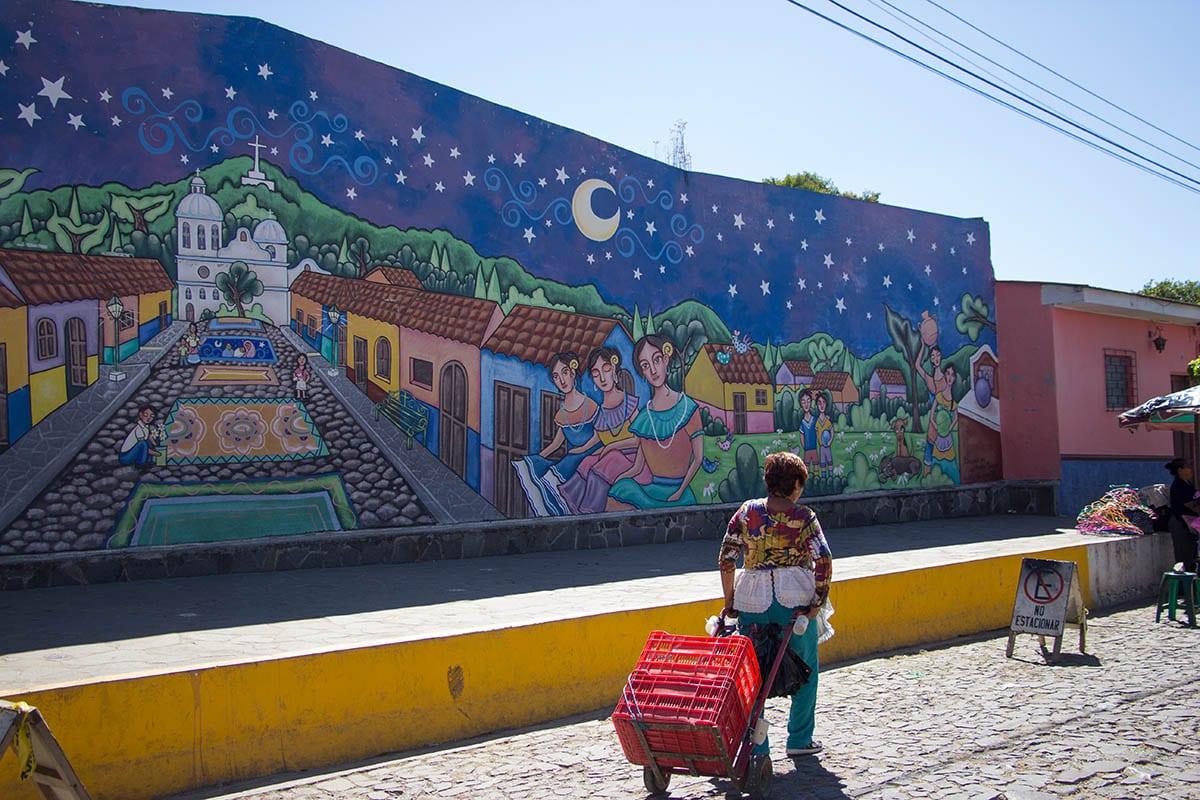 El Salvador Sehenswürdigkeiten & Highlights – in Ataco sind die Hauswände bunt bemalt, in Ruta de las Flores
