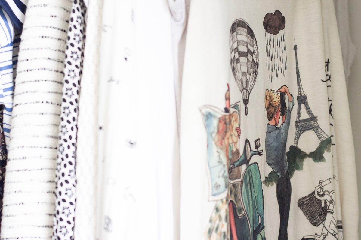 Kleiderschrank ausmisten – die Klamomtten sind übersichtlich nach Farben sortiert