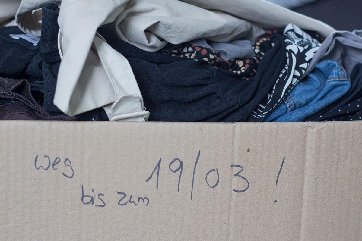 Kleiderschrank ausmisten – diese aussortierten Klamoten sollen verkauft werden, allerdings steht auf dem Karton ein zeitliches Ultimatum