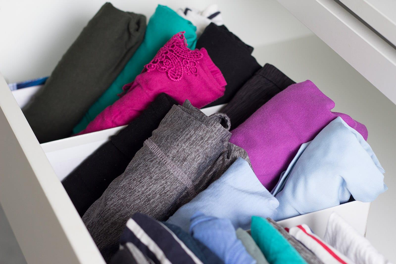 Kleiderschrank ausmisten – die Oberteile sind gerollt und in Boxen