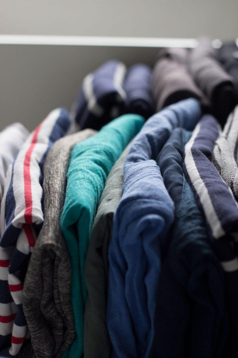 Kleiderschrank ausmisten – die Oberteile sind stehend gefaltet, so schafft mehr mehr Platz im Kleiderschrank