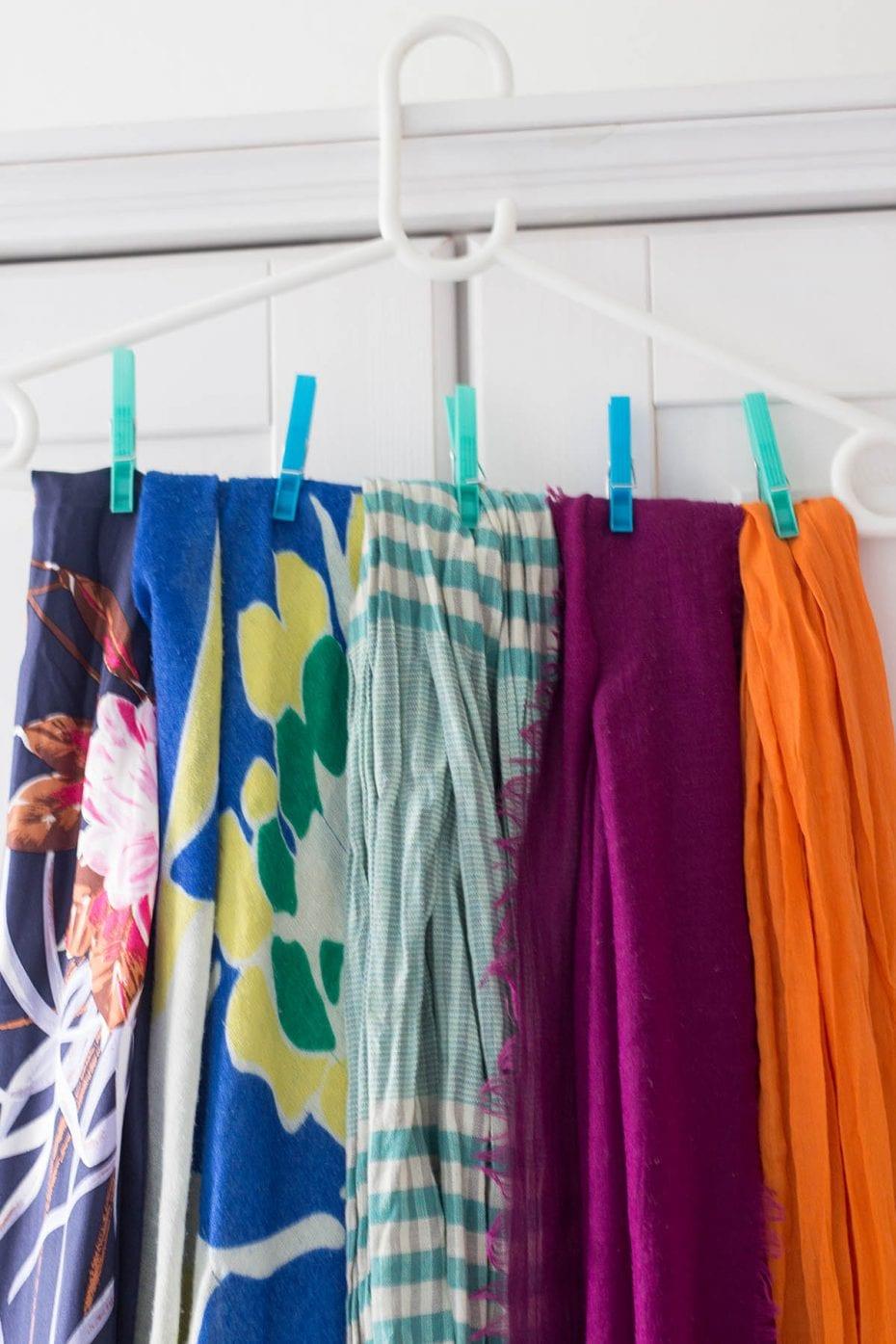 Kleiderschrank ausmisten – die Halstücher sind an einem Bügel mit Wäscheklammern befestigt