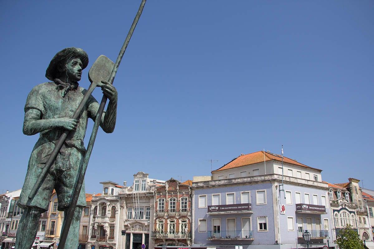 Portugal Aveiro – die Gondelstatue am Kanal