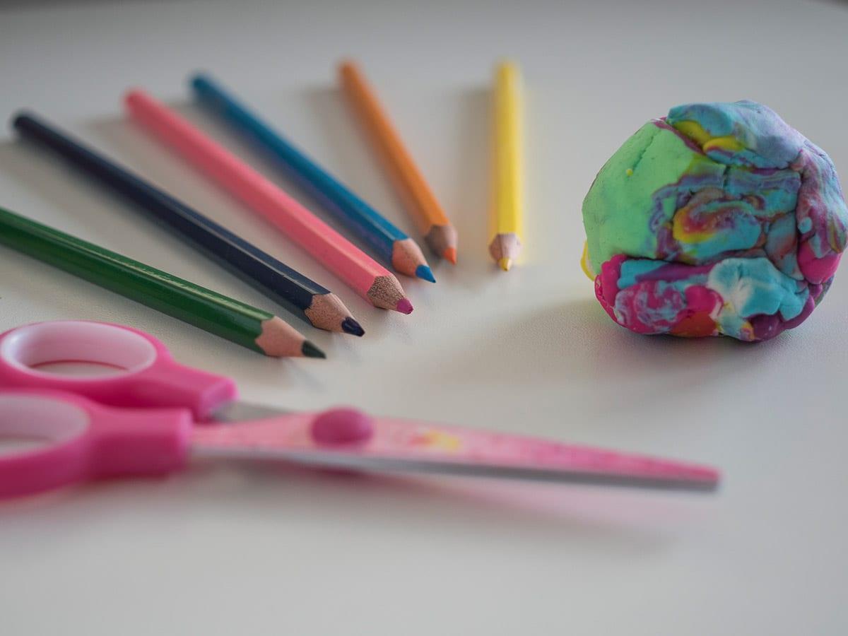 Wenn Kinden völlig fertig nach der Kita nach Hause kommen. 7 Tipps, wie man sich trotzdem eine schöne Zeit zusammen macht – zum Beispiel mit Malen und Basteln