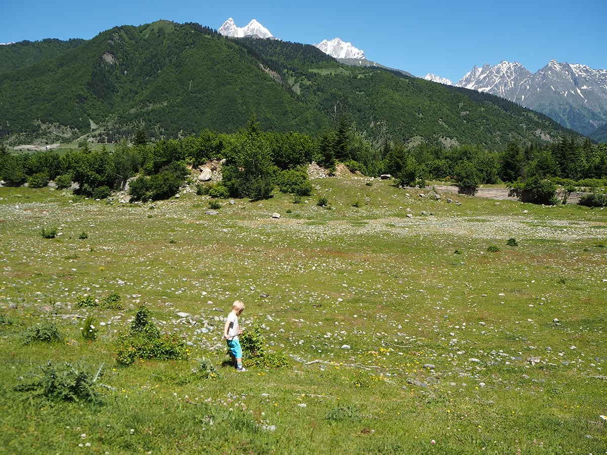 Georgien Urlaub: Tipps & Highlights für eine faszinierende Rundreise – im Großen Kaukausus bietet der Ort Mestia einen guten Ausgangspunkt zum Wandern