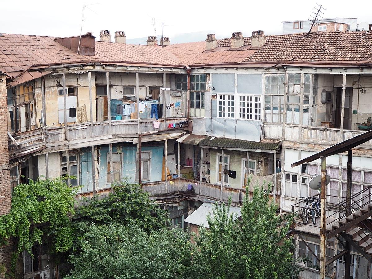 Georgien Urlaub: Tipps & Highlights für eine faszinierende Rundreise – Tiflis ist eine mondäne Stadt zwischen Zerfall und Moderne