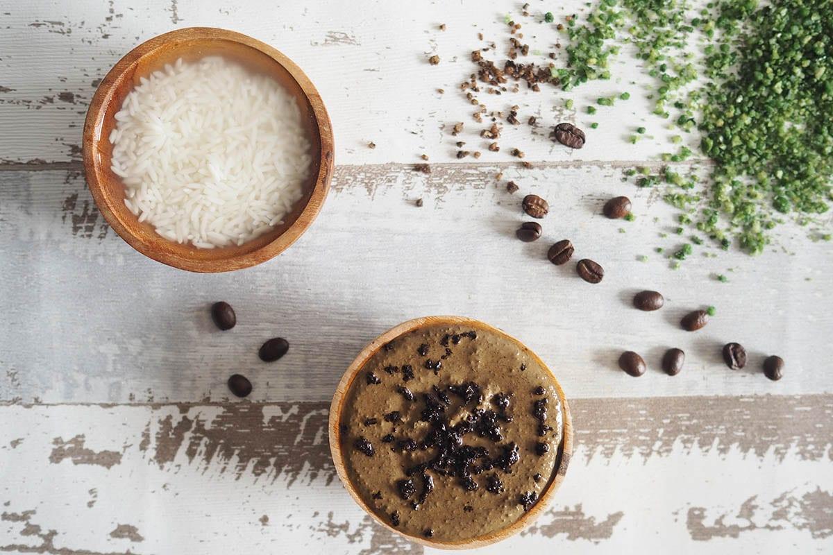 Wellness im Badezimmer mit einer selbstgemachten Kaffee-Maske und fermentiertem Reiswasser