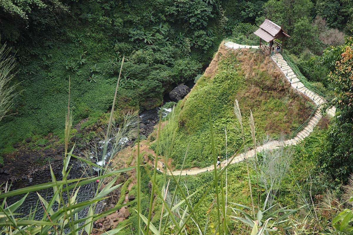 Individuelle Laos Reisen – am Wasserfall im Bolaven Plateu