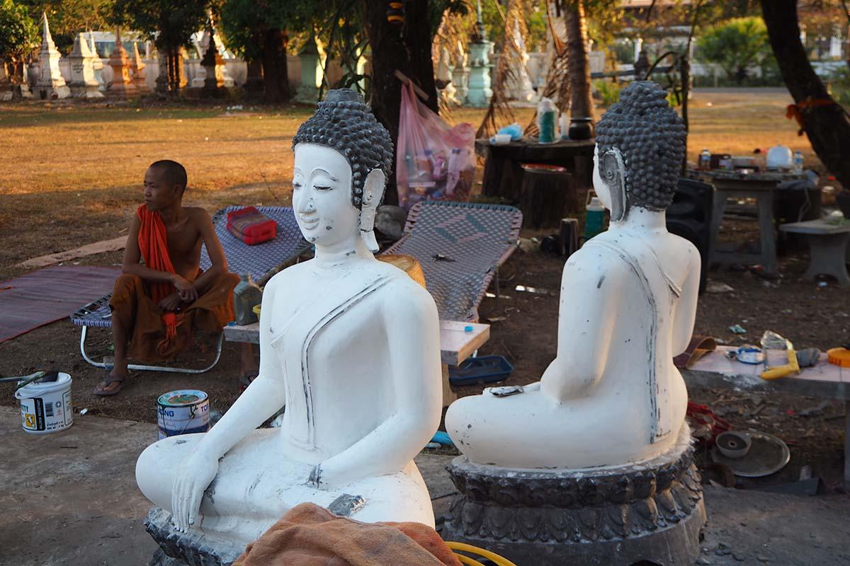 Individuelle Laos Reisen – in einem Tempel im Ort Champasak in Südlaos