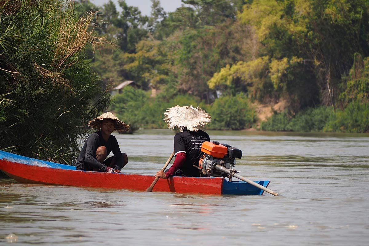 Individuelle Laos Reisen – Fischer im Boot auf den 4000 Island in Südlaos