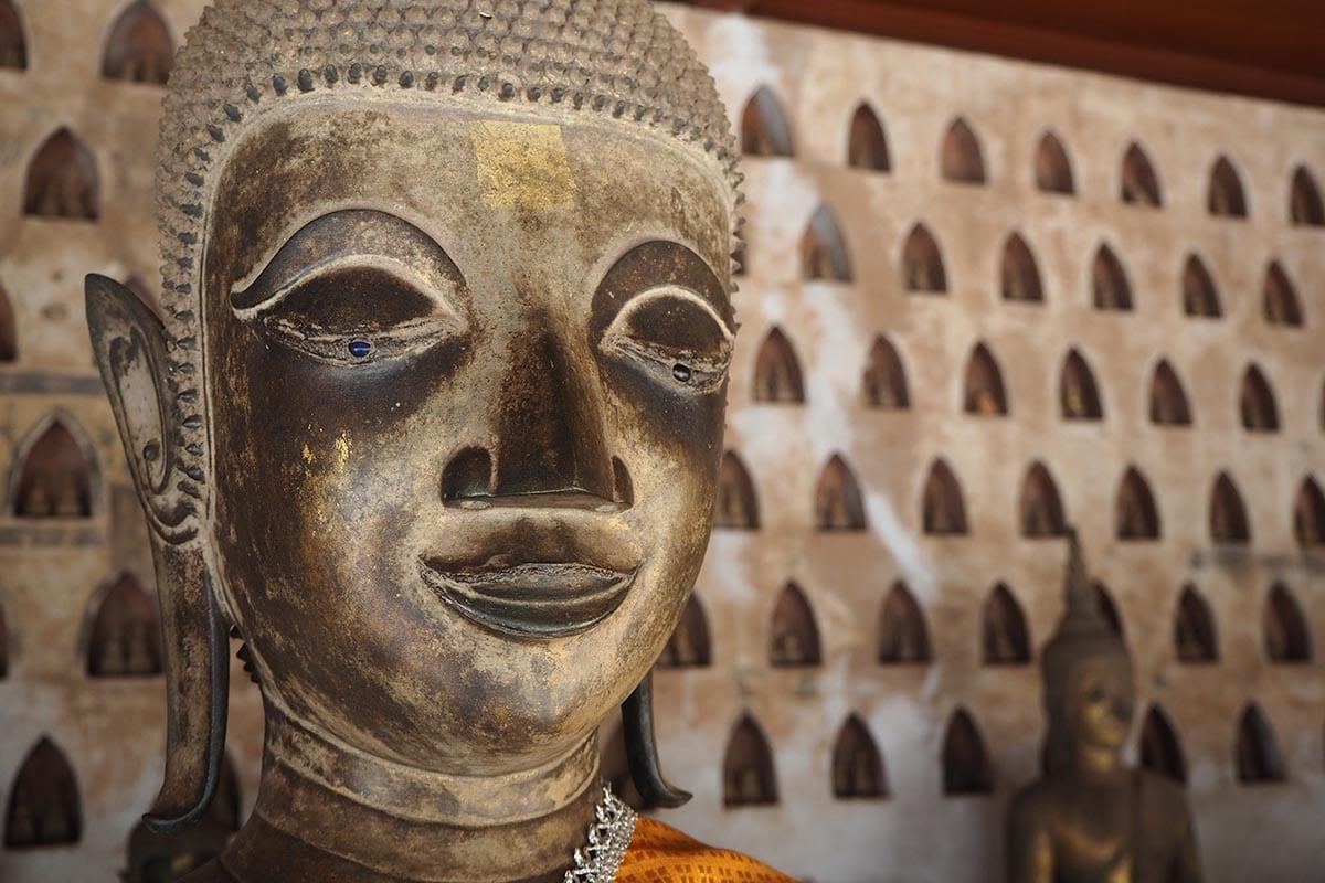 Individuelle Laos Reisen – Vientiane alte Buddhastautue im Tempel Wat Si Sakt