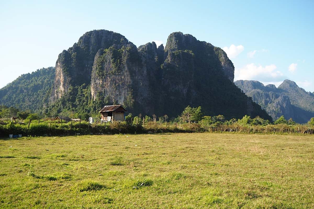 Individuelle Laos Reisen – Vang Vieng Ausblick auf Karstberge und Landschaft