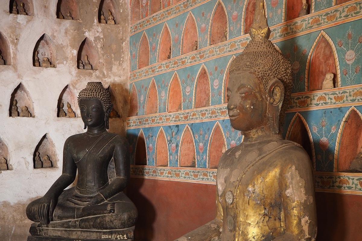 Individuelle Laos Reisen – Vientiane alte Buddhastatuen im Tempel Wat Si Sakt