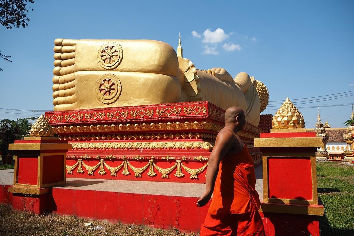 Individuelle Laos Reisen –Vientiane goldener liegender Buddha und Mönch
