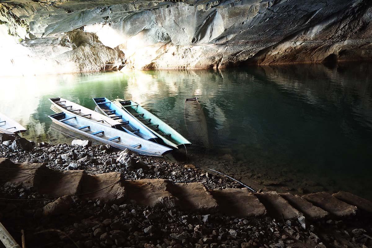 Individuelle Laos Reisen – Bootsfahrt in der Kong Lor Cave in Zentrallaos