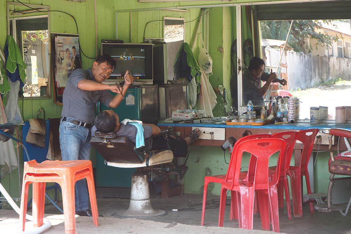 Individuelle Laos Reisen – Friseurladen in Pakse
