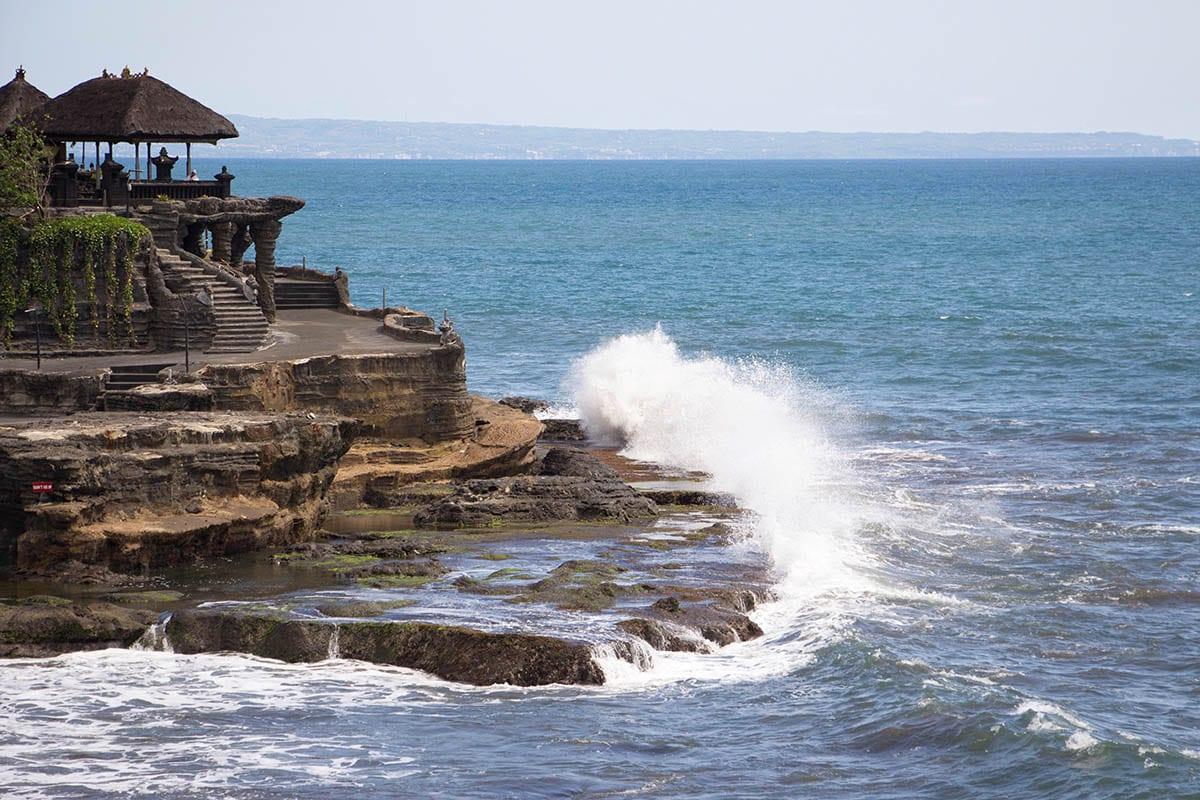Fernreisen mit Kindern wohin? Beliebte Urlaubsziele für Familien – Bali, Blick aufs tosende Meer
