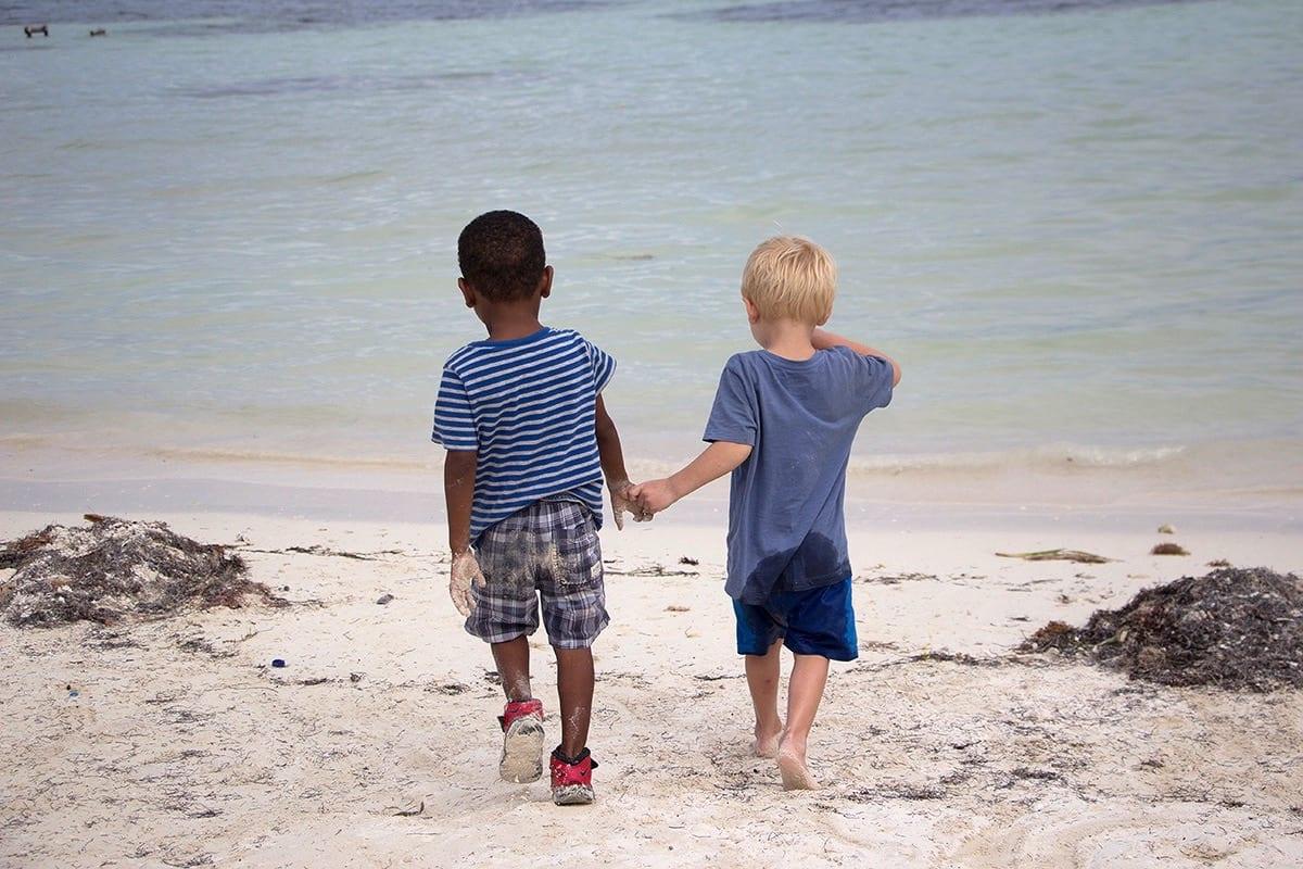 Fernreisen mit Kindern wohin? Beliebte Urlaubsziele für Familien – Belize, am Strand von Caye Caulkler