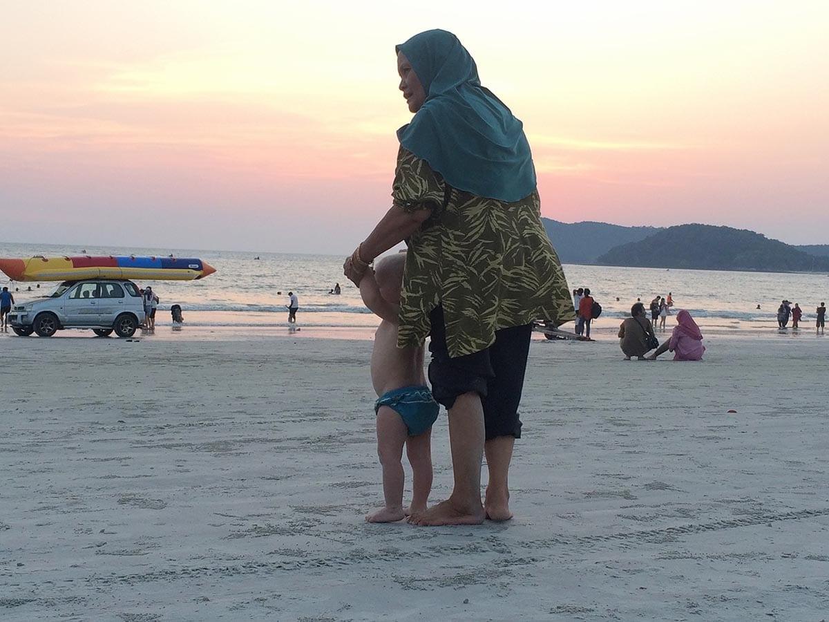 Fernreisen mit Kindern wohin? Beliebte Urlaubsziele für Familien – Malaysia, am Strand von Langkawi