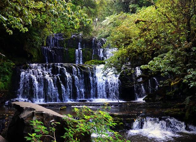 Fernreisen mit Kindern wohin? Beliebte Urlaubsziele für Familien – Neuseeland, Purakaunui Falls in den Catlins