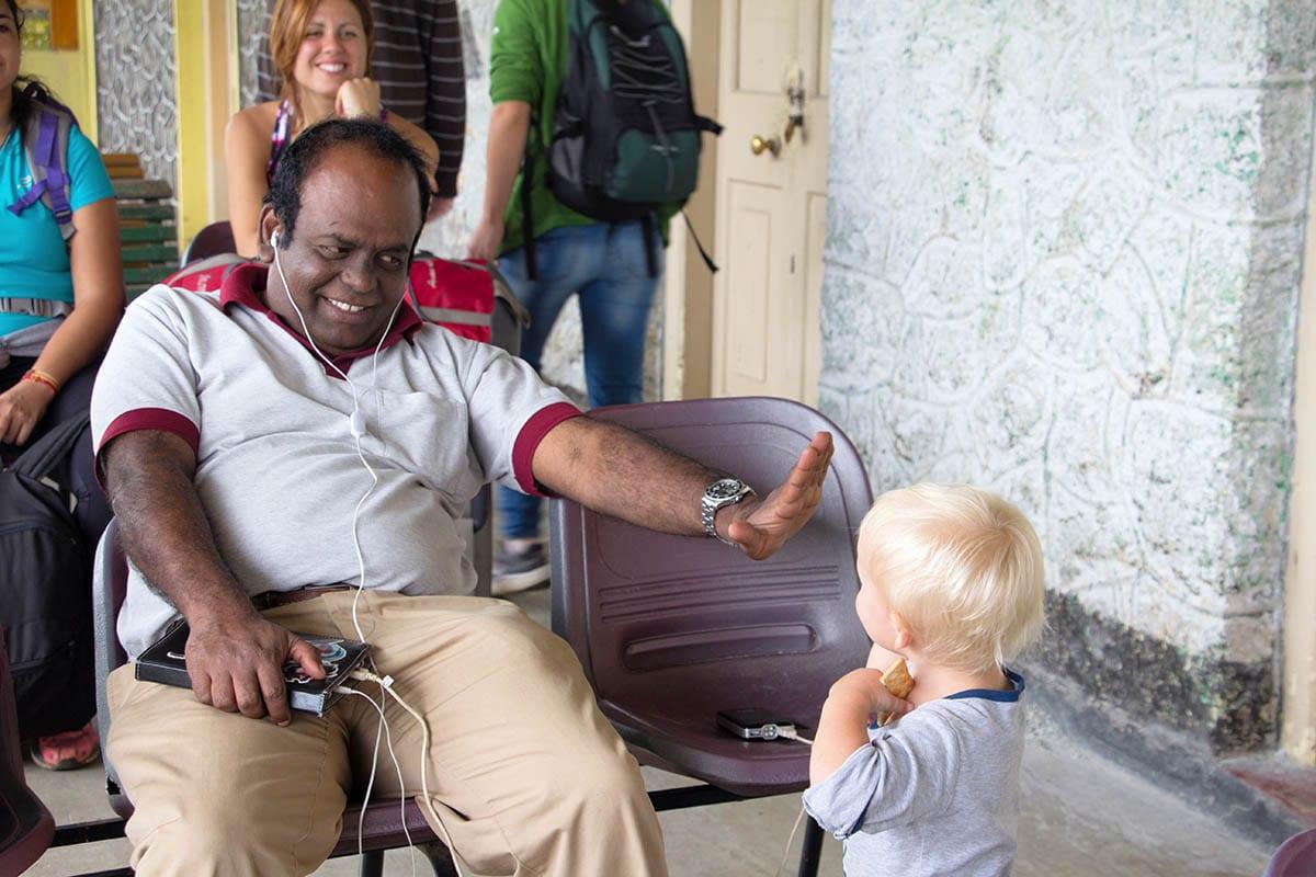 Fernreisen mit Kindern wohin? Beliebte Urlaubsziele für Familien – Sri Lanka, am Bahnhof von Haputale