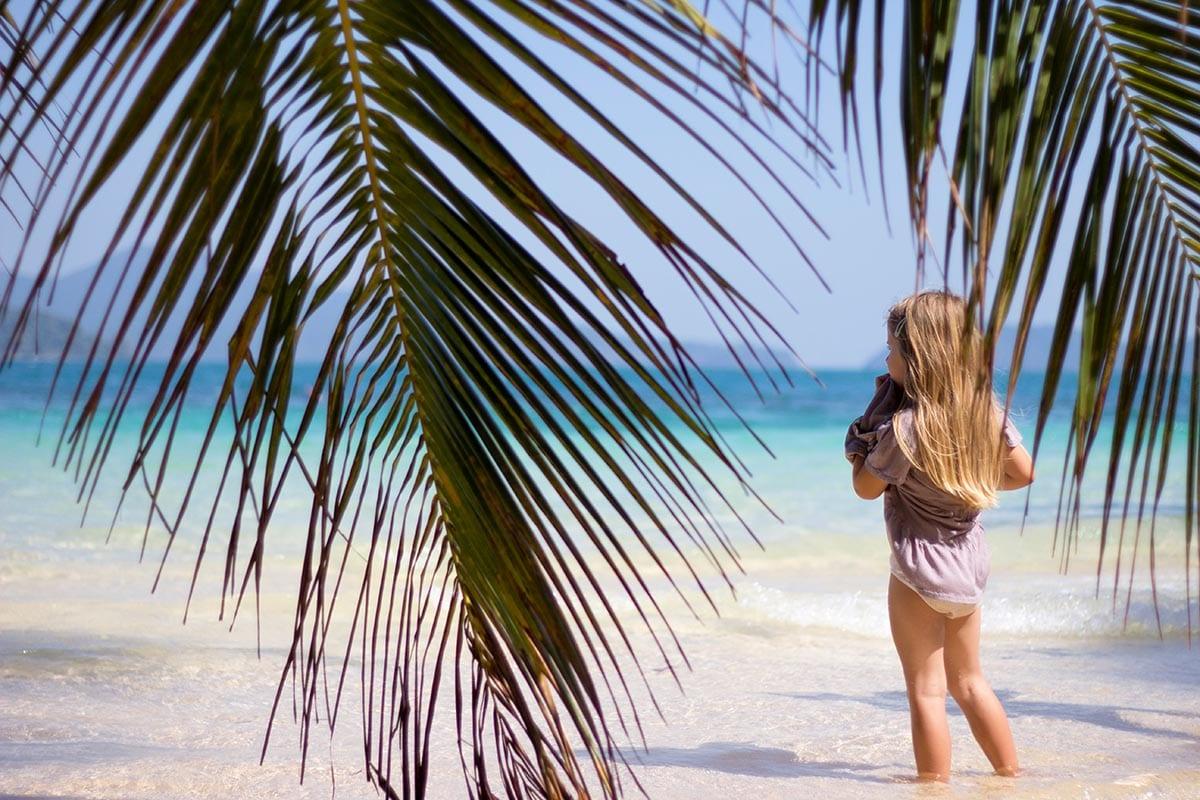 Fernreisen mit Kindern wohin? Beliebte Urlaubsziele für Familien – Thailand, am Strand von Koh Wei