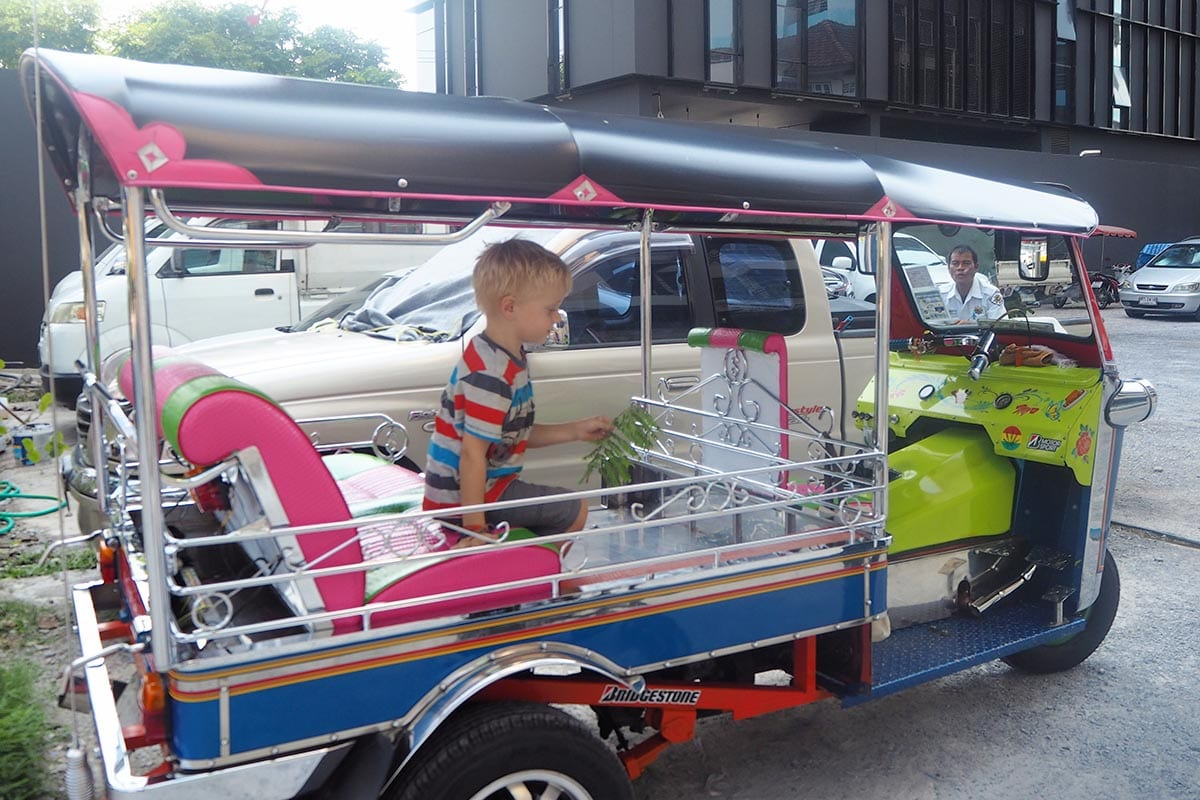 Fernreisen mit Kindern wohin? Beliebte Urlaubsziele für Familien – Thailand, Tuk Tuk fahren in Bangkok