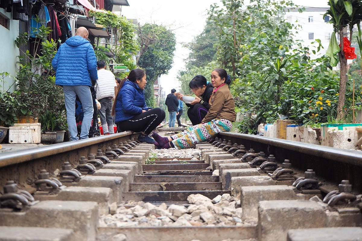Fernreisen mit Kindern wohin? Beliebte Urlaubsziele für Familien – Vietnam, Zuggleisen in der Altstadt von Hanoi