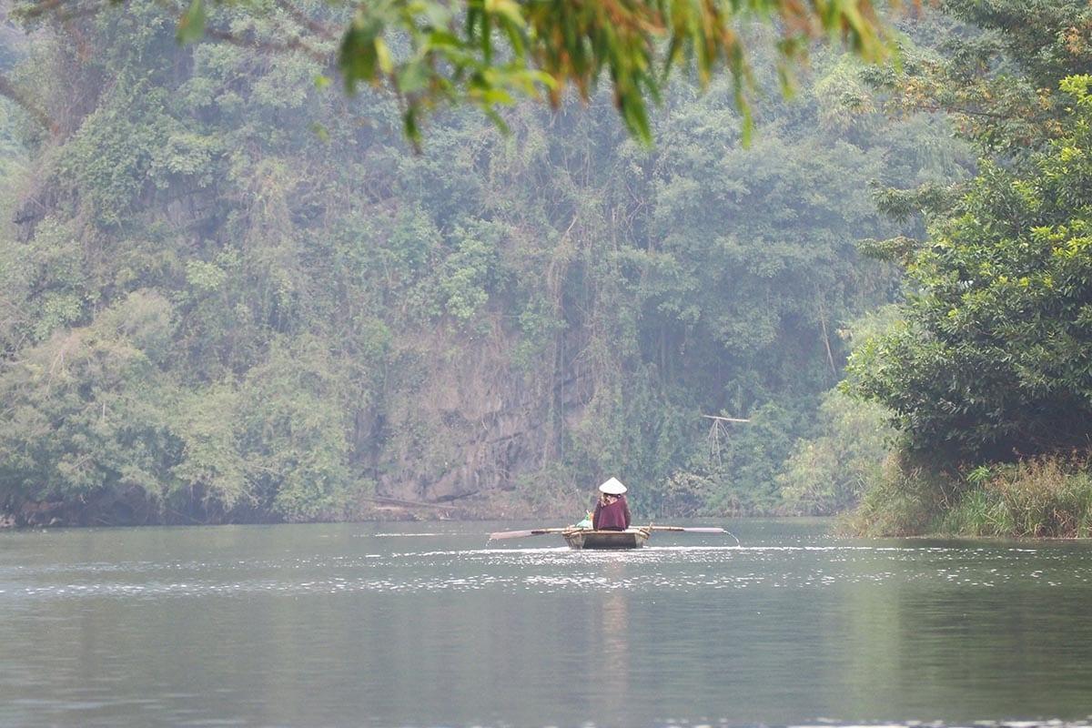 Fernreisen mit Kindern wohin? Beliebte Urlaubsziele für Familien – Vietnam, Bootsfahrt in der Trockenen Halong Bucht