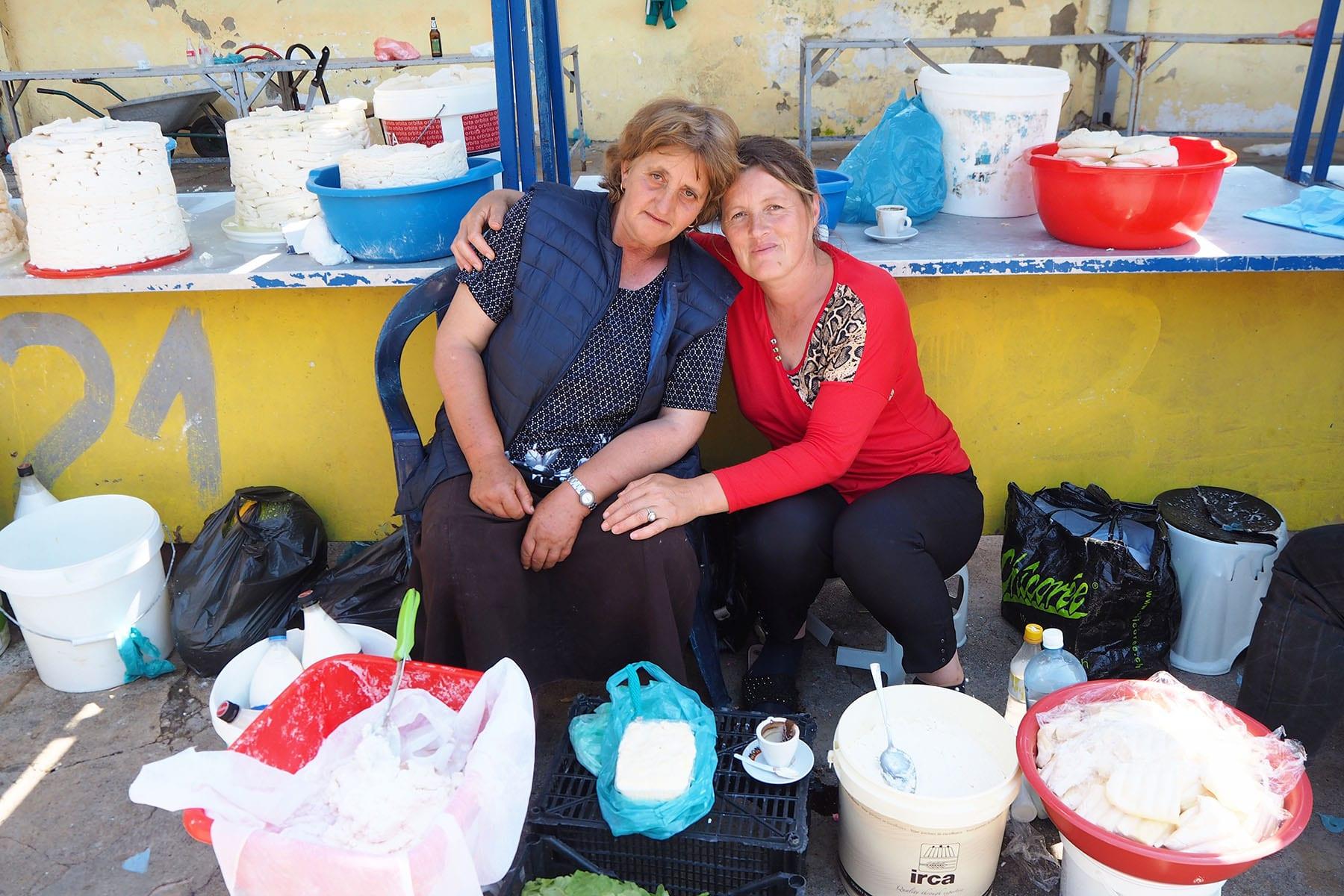 Kosovo Reisen – unterwegs in einem unbekannten Land. Verkäuferin auf dem Käsemarkt in Peja