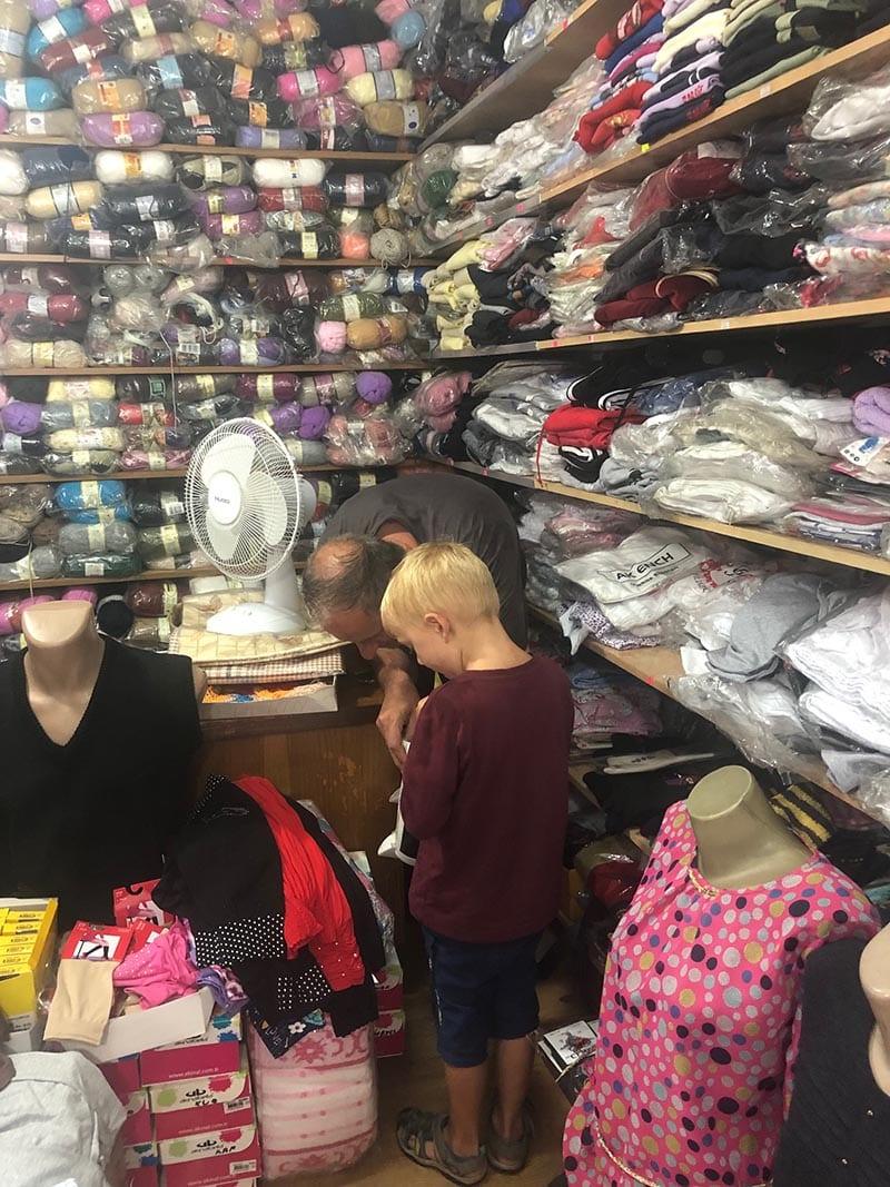 Kosovo Reisen – unterwegs in einem unbekannten Land. In einem Wollladen in Peja
