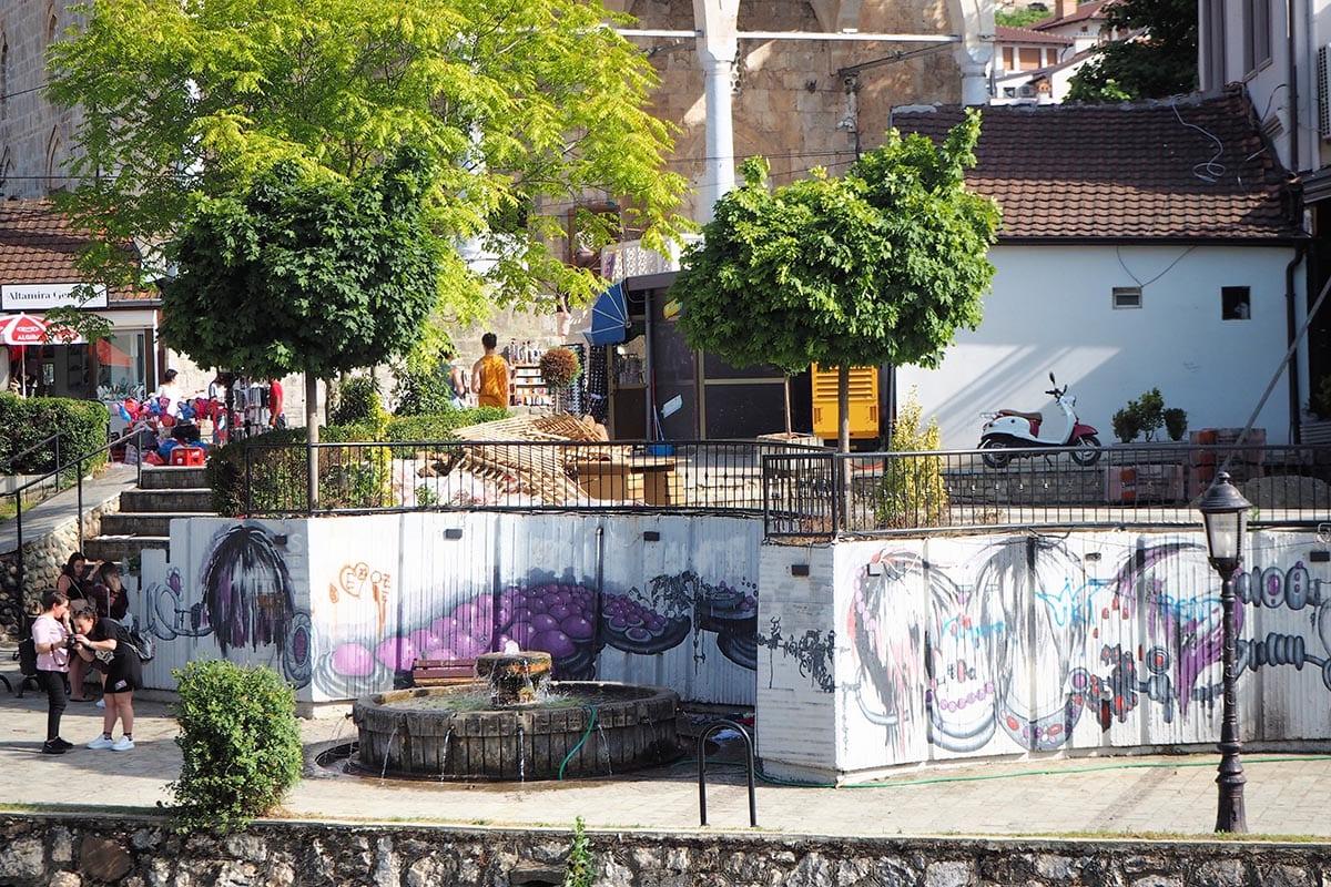 Kosovo Reisen – unterwegs in einem unbekannten Land. An der Flusspromenade in Prizren