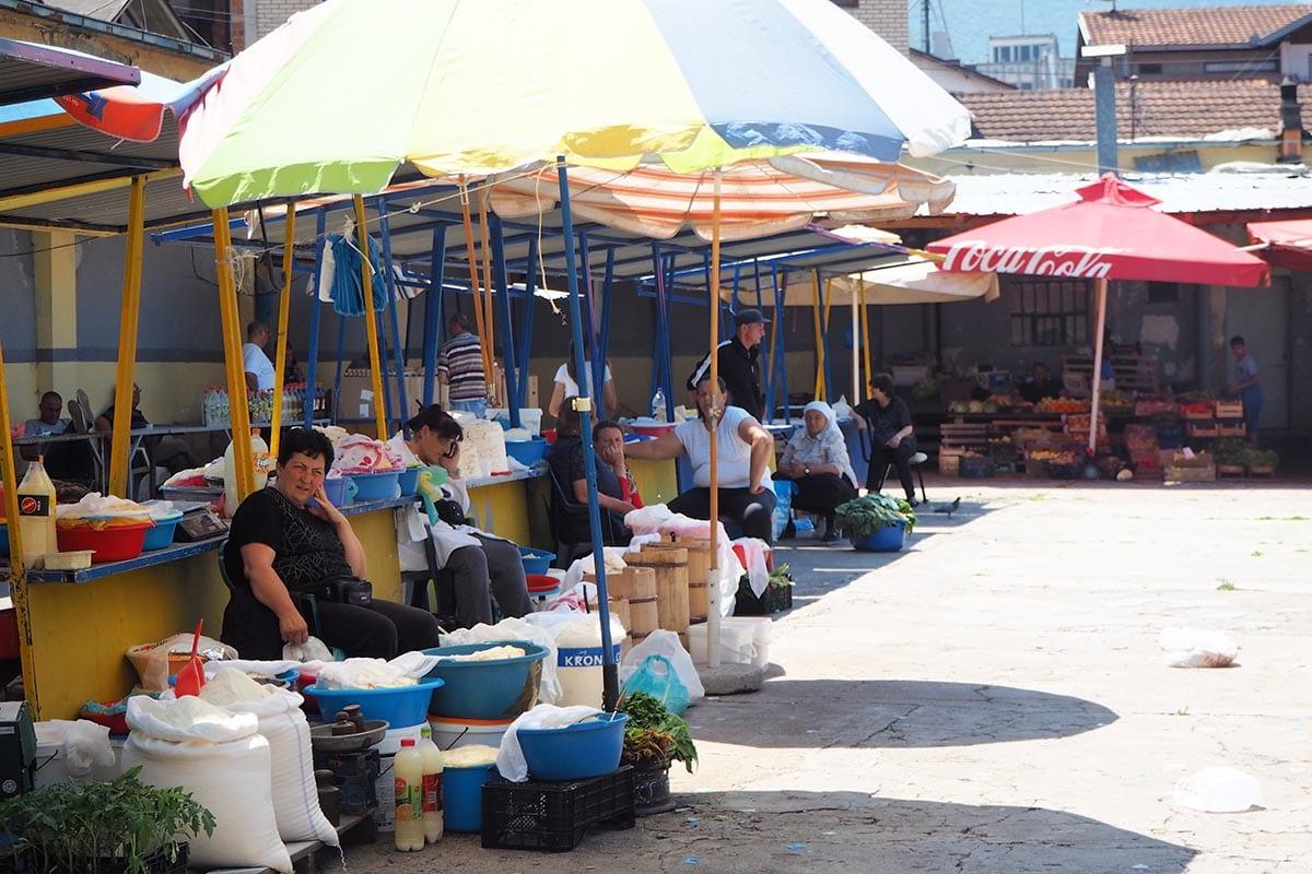 Kosovo Reisen – unterwegs in einem unbekannten Land. Auf dem Käsemarkt in Peja