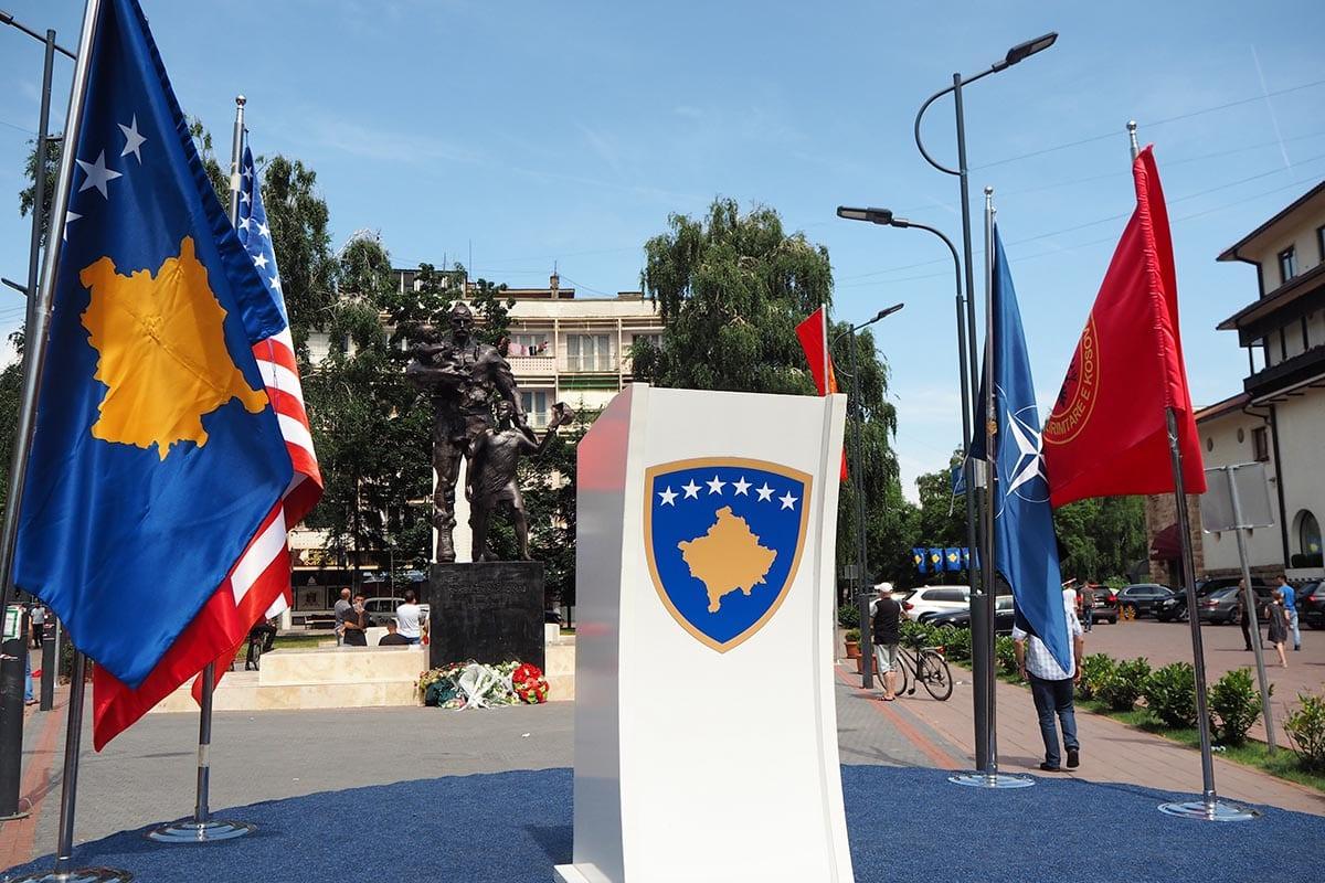 Kosovo Reisen – unterwegs in einem unbekannten Land. Die Flagge von Kosovo