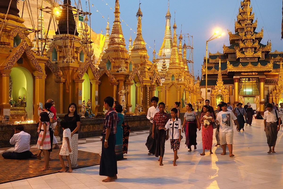 Unsere schönsten Myanmar Sehenswürdigkeiten: Abendstimmung in der Swedagon Paya in Yangon