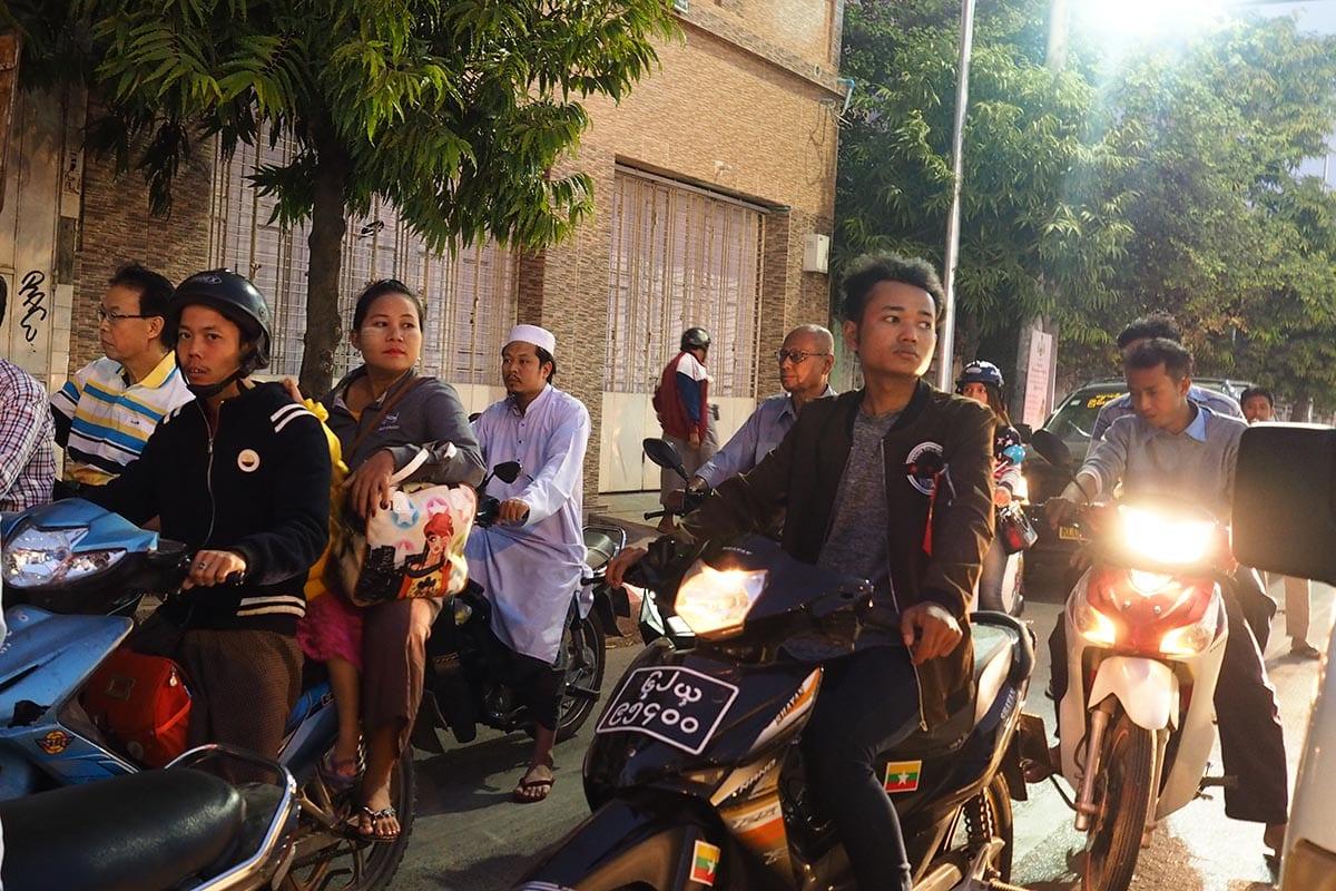 Unsere schönsten Myanmar Sehenswürdigkeiten: chaotoscher Verkehr in Mandalay