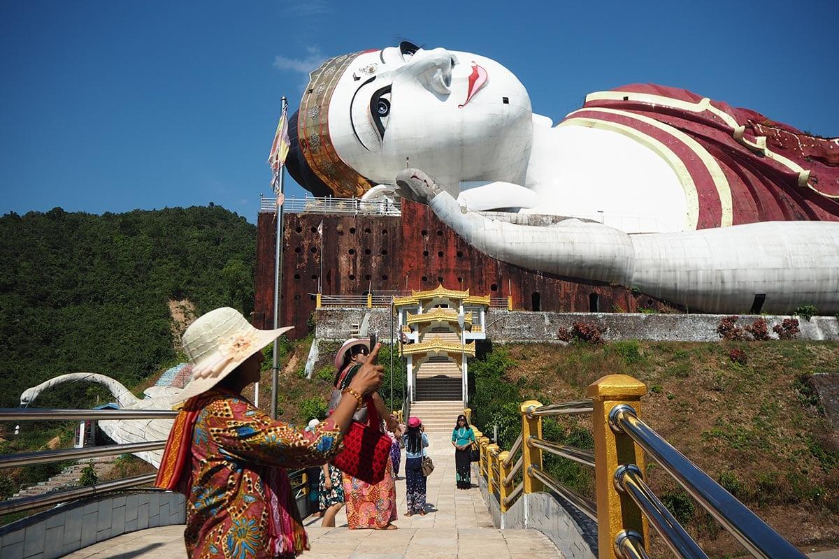 Unsere schönsten Myanmar Sehenswürdigkeiten: der liegende Buddha bei Mawlamyine