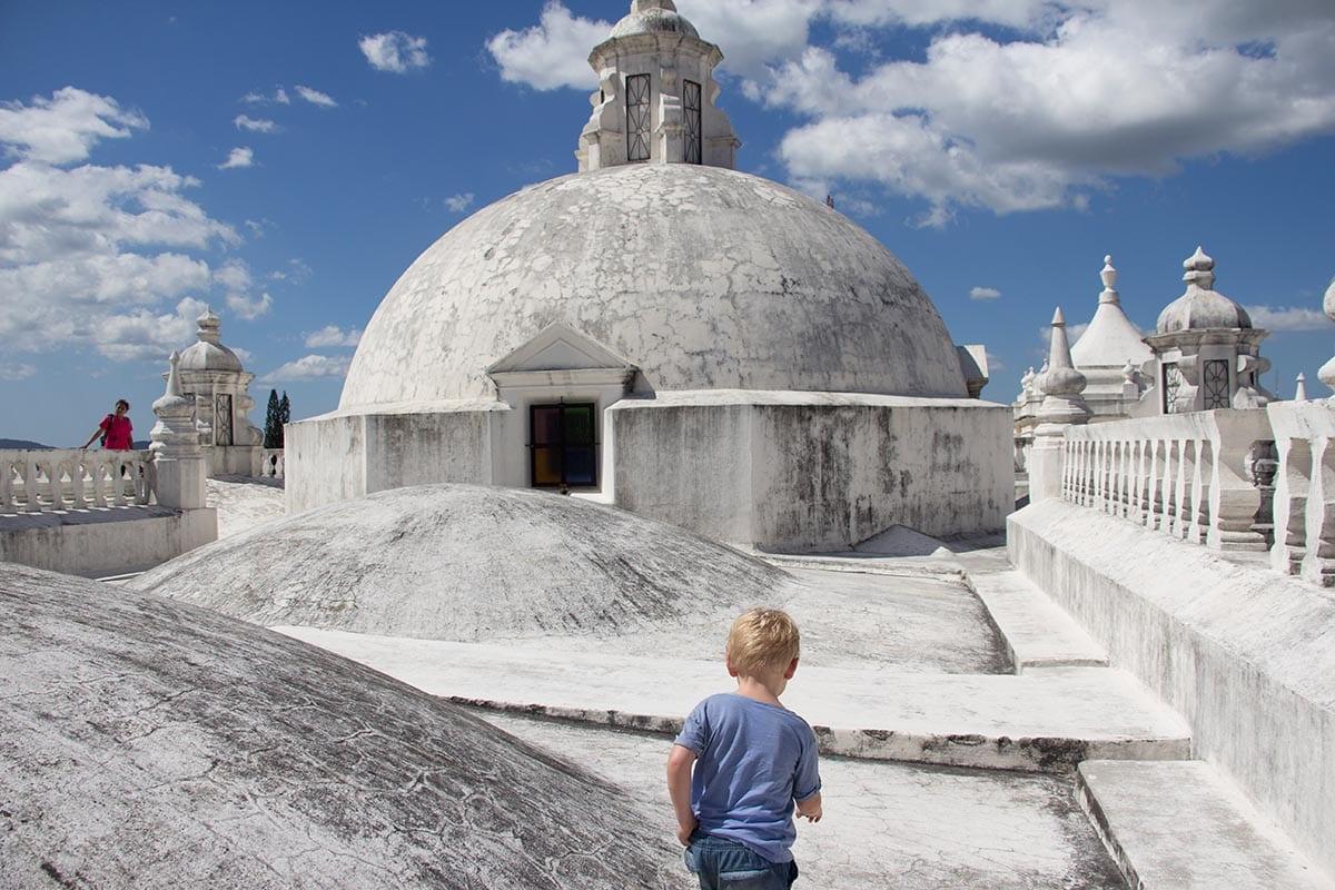 Außergewöhnliche Reisetrends 2020 mit Kindern – Nicaragua auf dem Dach der Kathedrale León