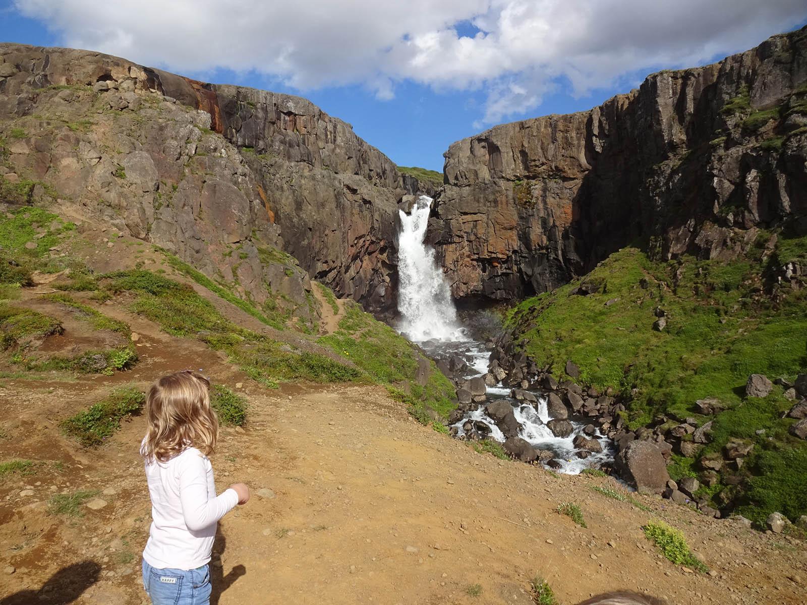 Außergewöhnliche Reiseideen in Europa mit Kindern – beeindruckender Wasserfall in Island
