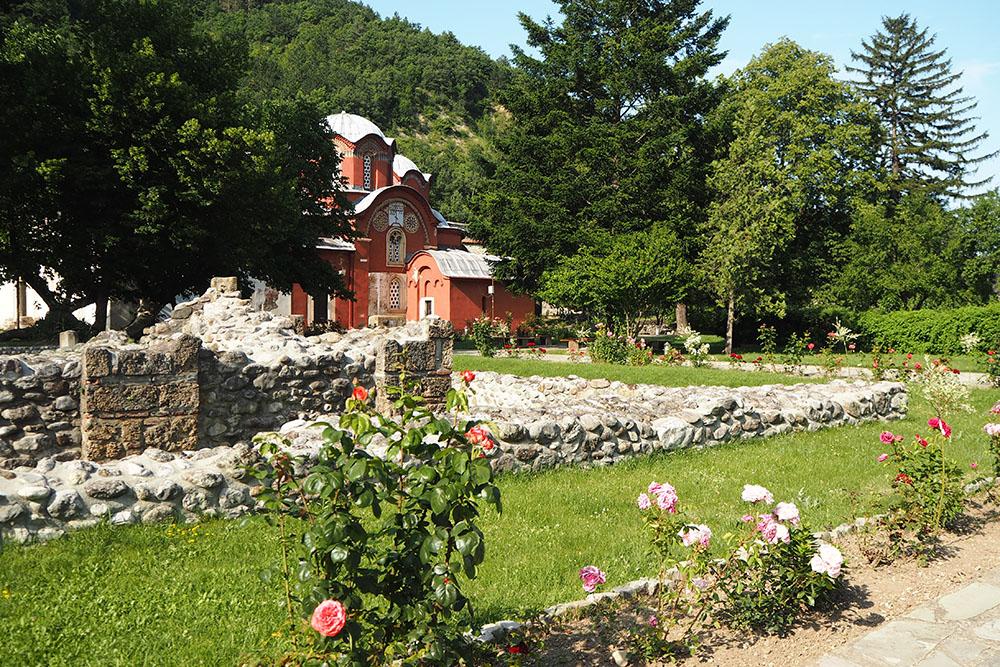 Außergewöhnliche Reiseideen in Europa mit Kindern – ein mittelalterliches Kloster bei Peja im Kosovo