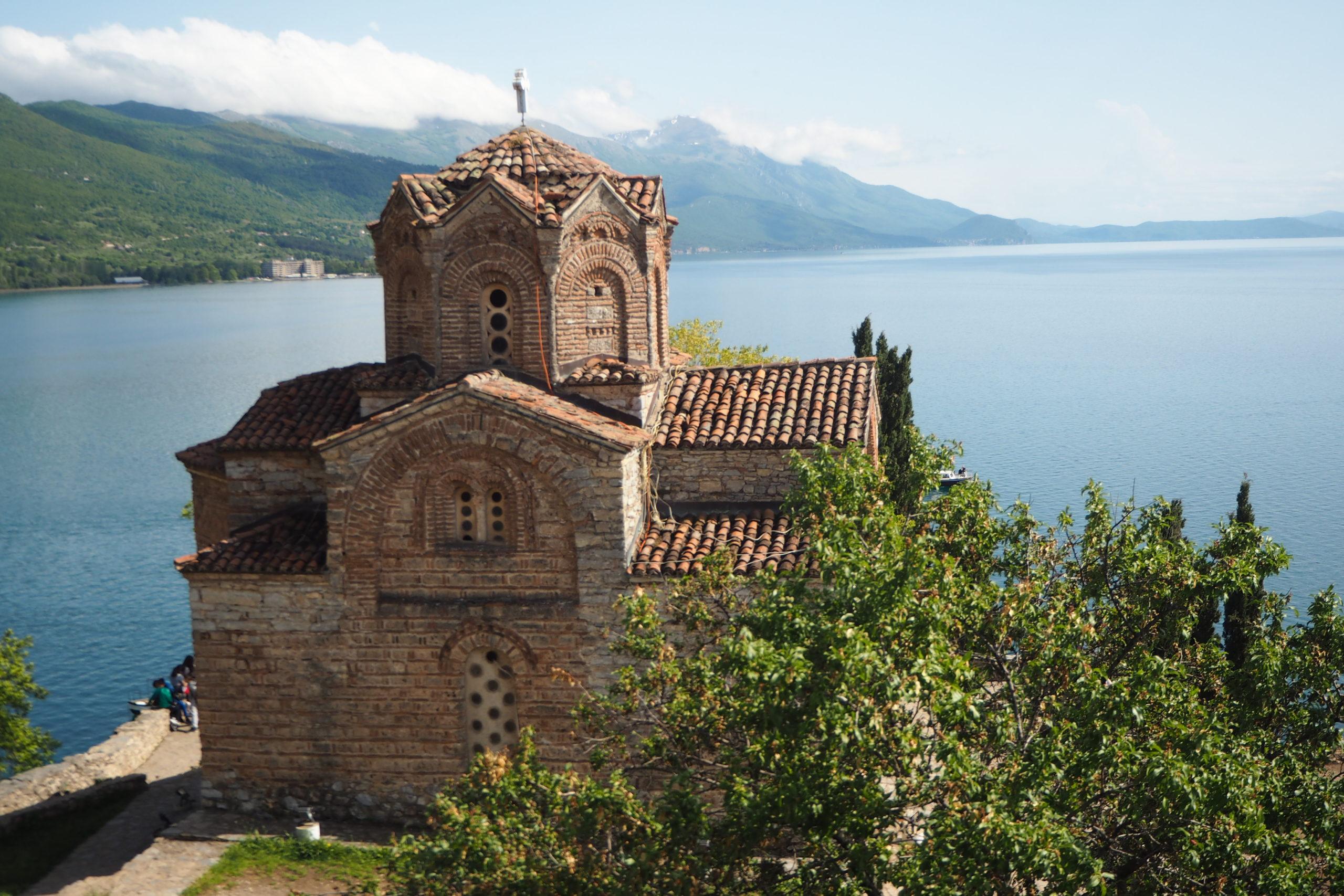 Außergewöhnliche Reiseideen in Europa mit Kindern – Ausblick auf die Sveti Jovan Kaneo Kirche am Ohrid-See in Mazedonien