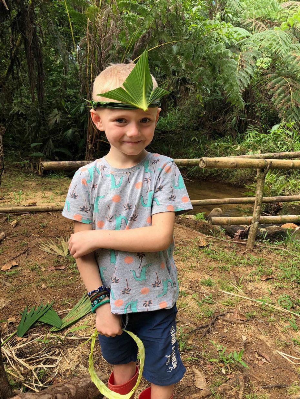 Ecuador Amazonas mit Kind – eine Krone aus Palmenblättern