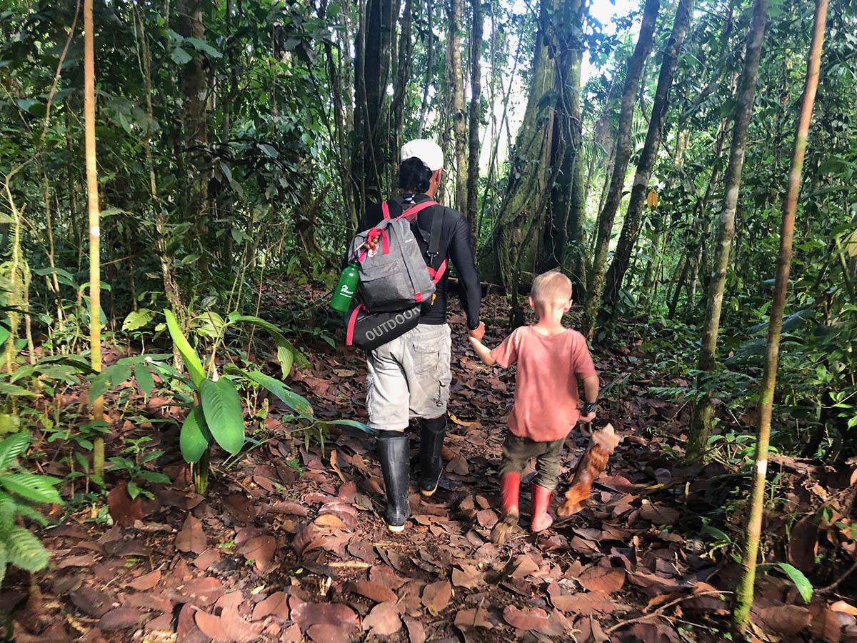 Ecuador Amazonas mit Kind und Guide auf Erkundungstour