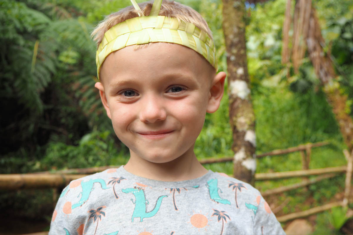 Amazonas mit Kind geflochtene Krone aus Grashalmen