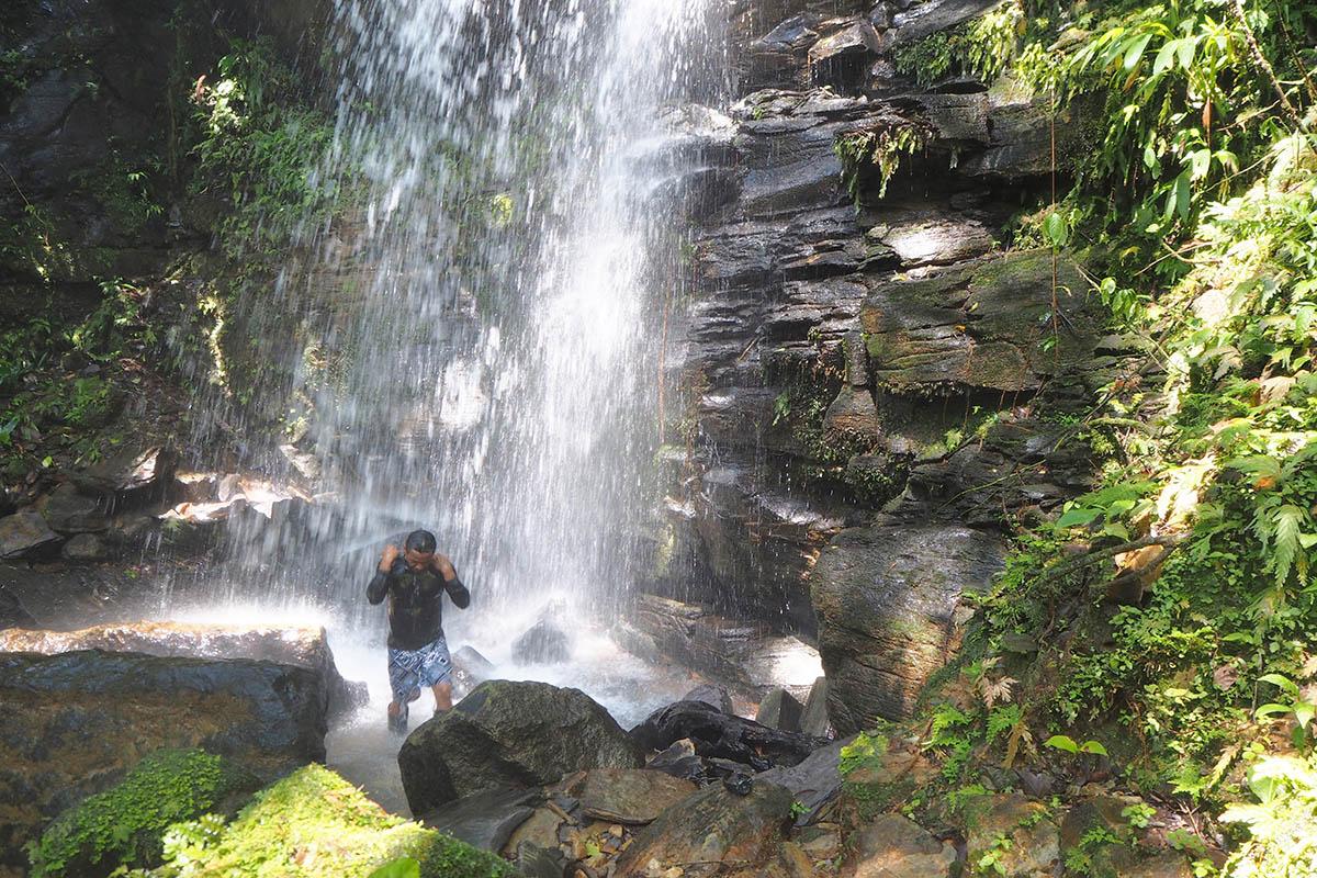 Ecuador Amazonas baden im Wasserfall