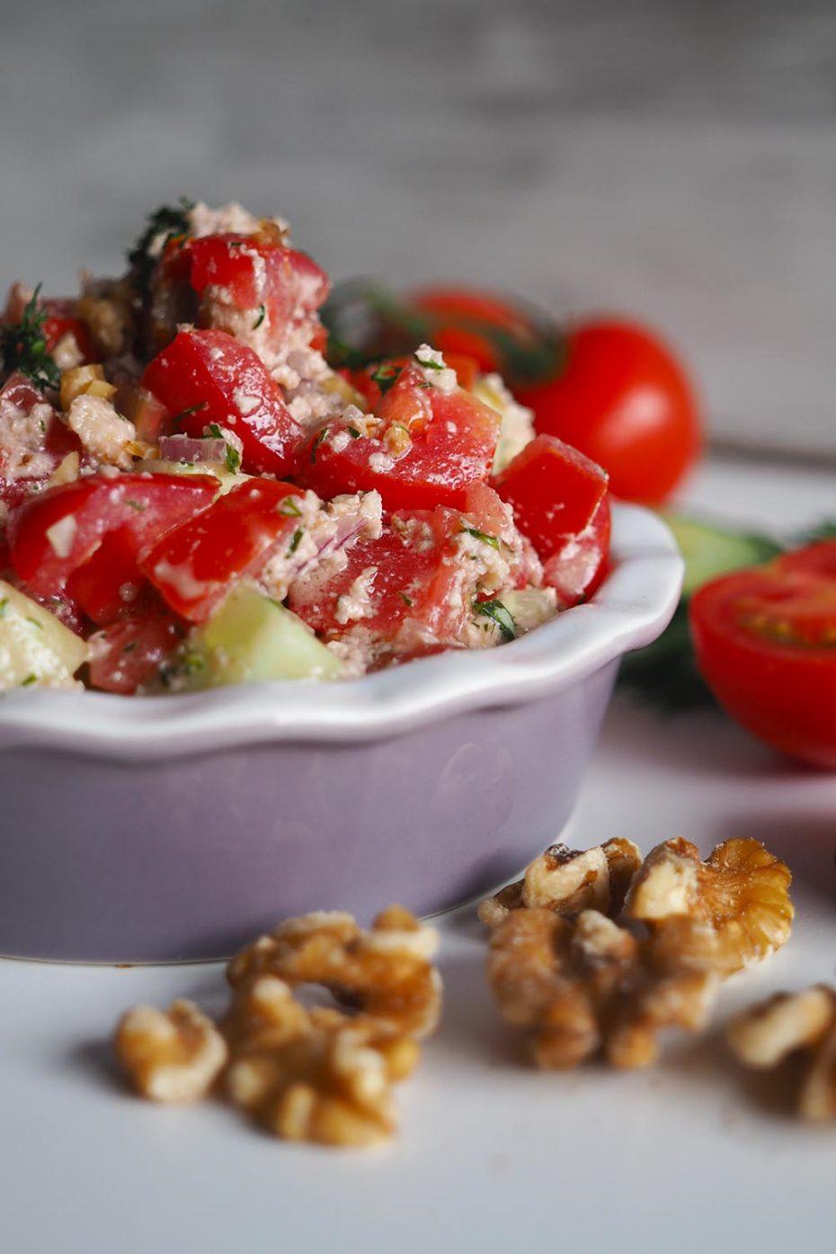 Georgischer Salat mit Tomaten, Gurken und Walnüssen